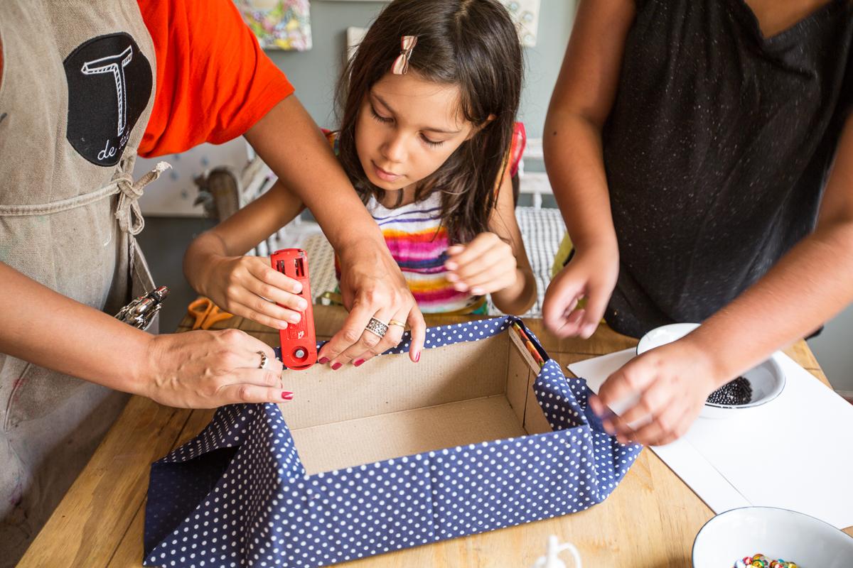 PASSO 3 – Encha a caixa com as tiras de papel crepom e pinte os ovos